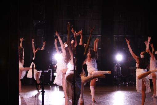 ライブ ライブハウス 音楽 発表会 披露 クラブ ステージ 趣味 イベント 装置  プレー パフォーマンス プレイ 会場 アーティスト ダンス 踊り バレエ クラシック ジャズ コンテンポラリー 照明 人物 女性 舞台