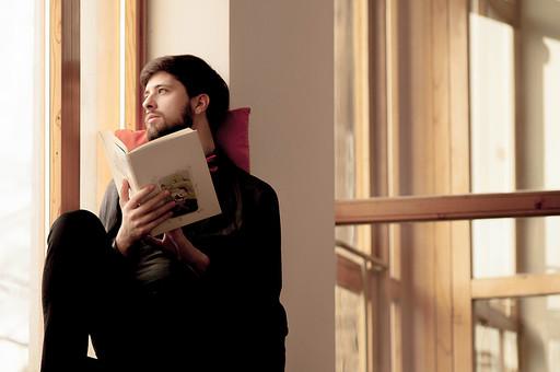 本 ブック 書物 書籍 図書 読書 読む 趣味 勉強 人物 男性 男 外国人 若い 若者 髭 20代 上半身 ページ 捲る めくる 開く 座る 接写 クローズアップ 横顔 クッション 窓際 窓辺 眺める もたれる 寄りかかる mdfm079