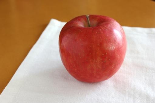 りんご 林檎 赤い フルーツ デザート 果物 果実 スイーツ アップル 赤 くだもの 木 冬 秋 季節 食べ物 食べもの たべもの かじる 食べる ダイエット 健康 自然 1個 1個 赤いリンゴ 赤いりんご 赤い林檎 apple APPLE