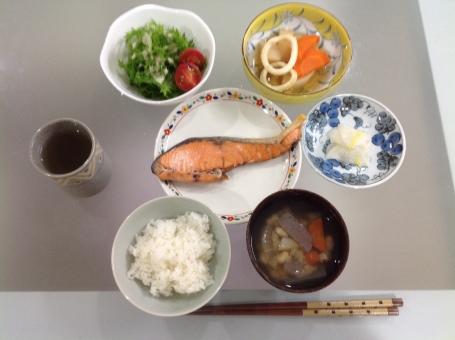 介護食 健康食 バランス食 夕食 老人食 鮭 魚 管理栄養士 調理師 献立 メニュー 配膳 レシピ 計算 表 料理 味噌汁 野菜 ごはん 盛り付け 厨房 ご飯 和食