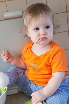 赤ちゃん 外国人 子供 子ども こども 女の子 女児 乳児 ライフスタイル 部屋 室内 屋内 金髪 カワイイ 可愛い かわいい 半袖 夏服 春服 SS オレンジ キッチン 台所 座る まな板 野菜 フルーツ 食べる 齧る かじる バナナ mdfk037