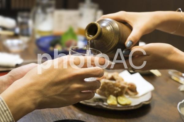 日本酒のお酌をするの写真