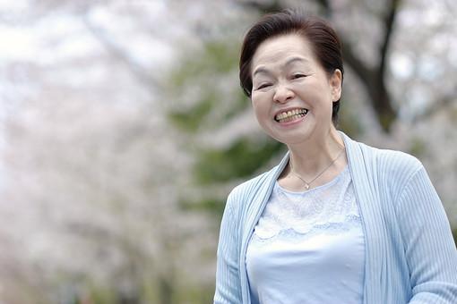 人物 女性 高齢者 シニア お年寄り 老人 熟年 年配 祖母 おばあちゃん お婆さん 笑顔 スマイル 穏やか 優しい 健康 元気 福祉 屋外 春 爽やか 明るい 写真撮影 記念撮影 ポートレート カメラ目線 日本人  mdfs001