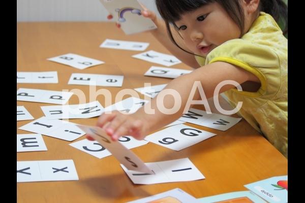 英語カード遊びをする女の子6の写真