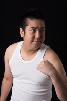 日本人 男性 ぽっちゃり 肥満 ダイエット トレーニング ワークアウト 運動 痩せる 痩せたい 筋肉 筋トレ ジム やる気 目標 ビフォー 太っている 太り気味 メタボ モテたい 努力 マッチョ ボディー タンクトップ 気合い ガッツポーズ 黒バック 背景 無地 上腕二頭筋 mdjm017