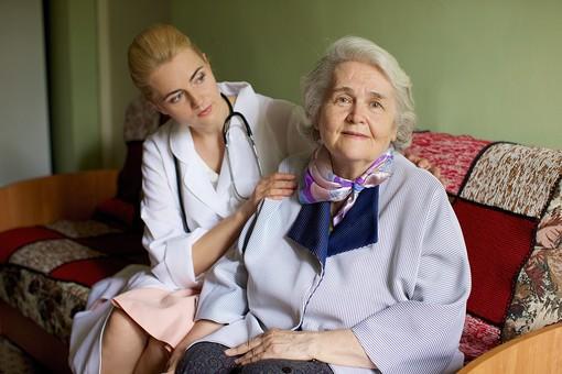 室内 屋内 外国人 老人 高齢者 女性 おばあさん おばあちゃん 患者 白髪 女医 白人 金髪 白衣 医師 医者 病院 病室 個室 家 自宅 寝室 ベッドルーム ソファ 座る 並ぶ 話す しゃべる 会話 診察 往診 寄り添う 訪問 訪問診療 mdfs017 mdff142