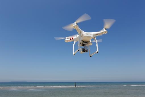 ラジコン ドローン 飛行 空撮 フライト 空中 空 青空 操縦 無線操縦 ラジオ無線 操作 飛ぶ 飛行機 マルチコプター ヘリコプター コントロール プロペラ 趣味 おもちゃ 技術 テクノロジー 機械 風景 晴れ 快晴 屋外 自然 撮影 カメラ ビデオ ビデオカメラ 無線 電波 ワイファイ ワイヤレス リモート phantom ファントム 無人機 小型無人機 白 青 白色 海 海岸 余白 コピースペース 日本 無人 人物なし