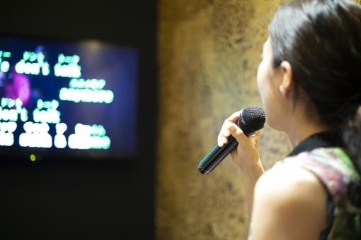 カラオケ・女性の写真