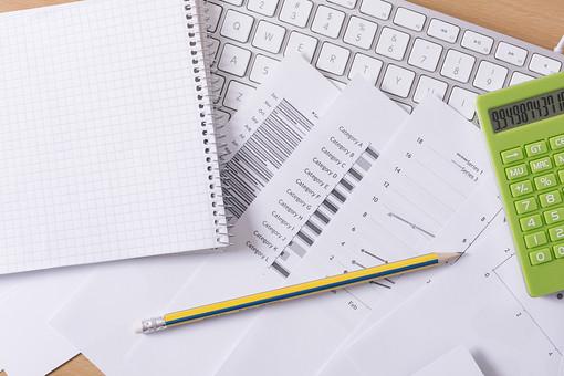 キーボード パソコン ビジネス 通信 産業 インターネット メール  周辺機器 屋内 オフィス 入力装置 家電 事務用品 デスクワーク ボタン 機械 ビジネスアイテム 文字 アルファベット 仕事 ネットワーク オンライン デスク 操作 書類 資料 鉛筆 えんぴつ エンピツ 計算機 電卓 ノート