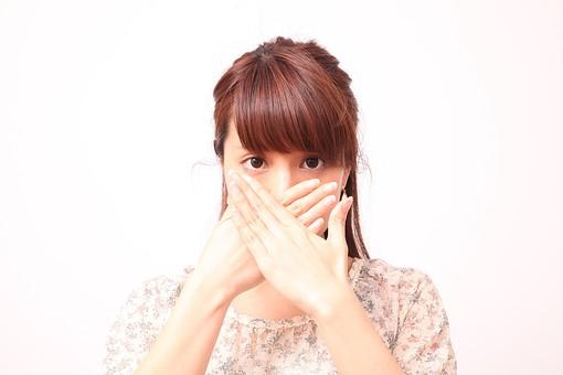 人 人間 人物 人物写真 ポートレート ポートレイト 女性 女 女の人 若い女性 女子 レディー 日本人 茶髪 ブラウンヘア セミロングヘア  白色 白背景 白バック ホワイトバック  手 指 ポーズ 手のポーズ  手を広げる 手を開く 手の甲 隠す 口を隠す 覗く のぞく 覆う 見つかる ばれる 口に手 mdfj012