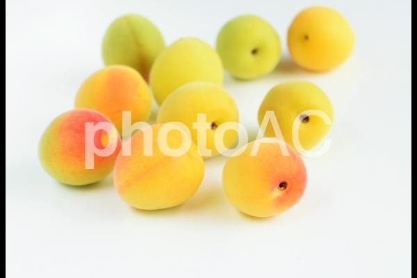 熟した梅の実、クローズアップ、白背景の写真