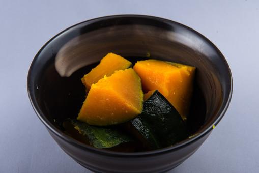 野菜 かぼちゃ カボチャ 南瓜 新鮮 フレッシュ 栄養 ヘルシー 健康 美容 ビタミン カロチン 食べ物 農産物 作物 収穫 夏野菜 緑黄色野菜 煮物 和食 南瓜の煮物 かぼちゃの煮物 小皿 一品 おかず