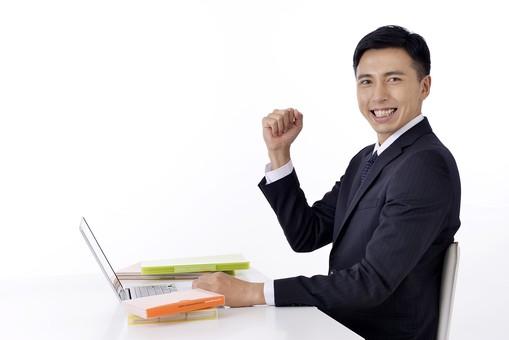日本人 男性 男 男子 Men スーツ 背広 仕事 Job 働く サラリーマン 就労 労働 勤労 勤務 ビジネス  業務 お仕事 会社 オフィス 事務所 パソコン PC ノートパソコン ガッツポーズ 喜ぶ 屋内 室内 白背景 20代 30代 ビジネスマン mdjm001