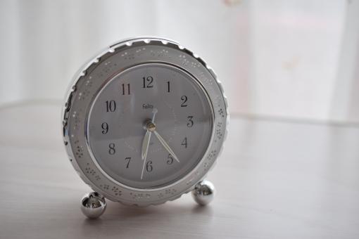 時計 ウォッチ 目覚まし 目覚まし時計 モーニング おはよう 光 やわらかな光 柔らかい光 朝日 何時? 何時に起きる? 何時起き? 学校 登校 出発 出勤 出かける 出掛ける 目覚める 目覚め スッキリ 気持ちいい グッドモーニング 白い 朝 健康的 健康 早寝早起き 早寝早起