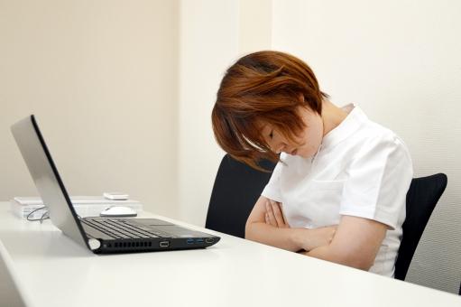 残業で疲れた看護師さんの写真