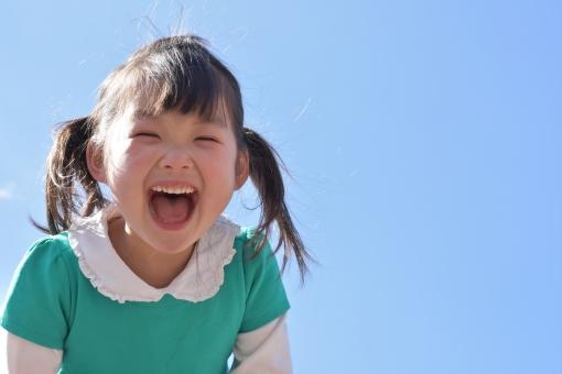 青空 子ども こども 子供 女の子 笑顔 笑う 叫ぶ 元気 4歳 mdfk023