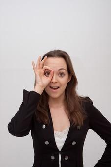 人物 人 人間 女性 白人女性 外国人 レディ 婦人 ロングヘア ブラウンヘア おでこ 額 センター分け  人物写真 ポートレート ポートレイト イギリス人  ジャケット 黒ジャケット  白背景 白バック ホワイトバック 覗く 望遠鏡 拡大 興味 見開く 好奇心 mdff002