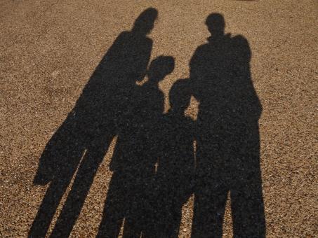 親子 おやこ 影 かげ 4人家族 家族 仲良し 仲よし 寄り添う よりそう 春 冬 子供 子ども こども 手をつなぐ つなぐ つながる つながり 絆 きずな きづな キヅナ キズナ シャドウ シャドー