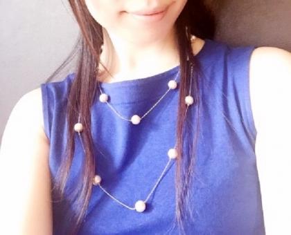 ノースリーブ 夏 熱い 薄着 青 服 日本人 女性 人物 髪の毛 ロングヘアー ネックレス パール ワンピース ユニクロ スマイル 唇 美白 紫外線 日光 笑顔 肌 露出 トップス カットソー ファッション 冷房 エアコン 肩 素肌