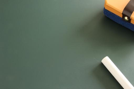黒板 チョーク 黒板消し 背景 素材 背景素材 壁紙 壁 紙 バック 下地 台紙 メッセージ 伝言 伝言板 コメント メモ めも 緑 深緑 書く 筆記 記録する 記録 勉強 学校 授業 大学 講義 学習