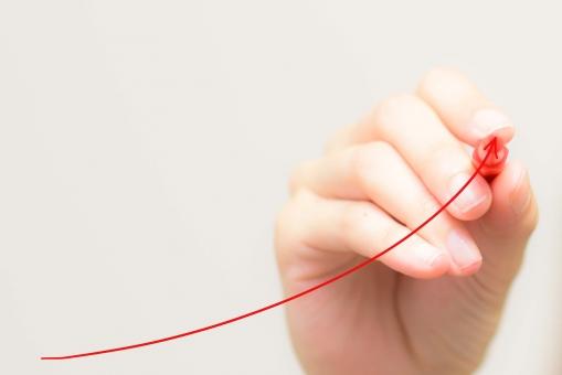 上昇 矢印 手 書く 赤ペン 女性 伸びる 指 白バック コピースペース 上がる ビジネス セミナー 講師 プレゼン 説明