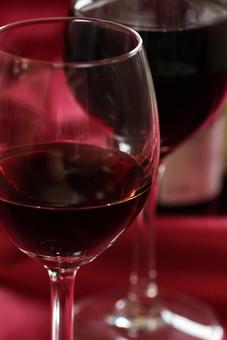 赤ワイン アルコール お酒 ドリンク 飲み物 果実酒 ブドウ酒 葡萄酒 ワイングラス ポリフェノール 健康 洋食器 紫 パープル 飲み 呑み 食器 ガラス テーブルクロス 卓布 室内 屋内 ムード 落ち着き 潤い