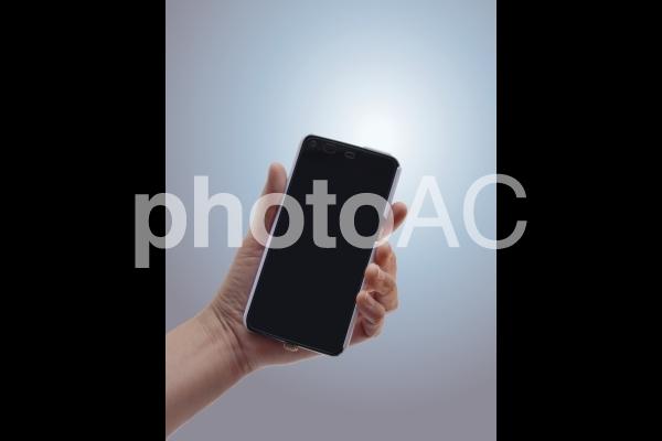 スマートフォンを持つ 2の写真