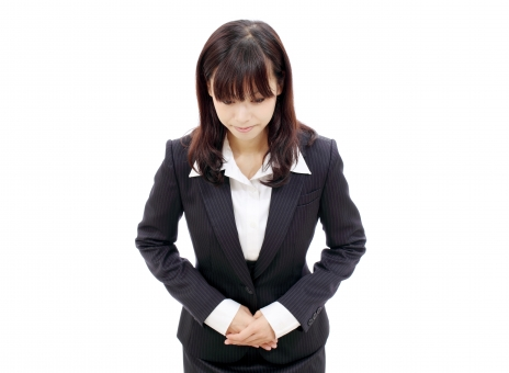 女性 人物 ビジネスウーマン 20代 二十代 女の子 若い 日本人 可愛い かわいい ポートレート モデル 美しい 美人 きれい 綺麗 ビジネス オフィス スーツ オフィスレディー 受付嬢 受付 会社 会社員 企業 仕事 働く ol 秘書 手 手を組む 挨拶 あいさつ 会釈 お辞儀 おじぎ 謝る 謝罪 頭を下げる 接客 見送る 見送り 迎える 出迎え 出迎える お出迎え 真剣 真面目 白 背景 白バック 白背景 スタジオ撮影 スタジオ 無地背景 1人 一人 余白 コピースペース アップ 上半身