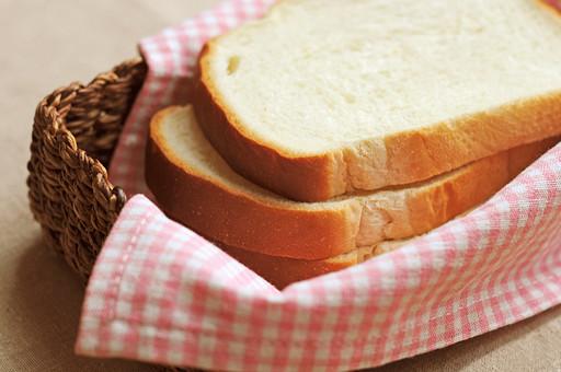 パン 食パン トースト ホームベーカリー パン屋 食卓 テーブル 明るい 食べ物 手作り 並べる 薄い  四角 軽食 食事 食べる 食物 アップ 軽い 朝食 スライス 焼きたて アップ バスケット かご