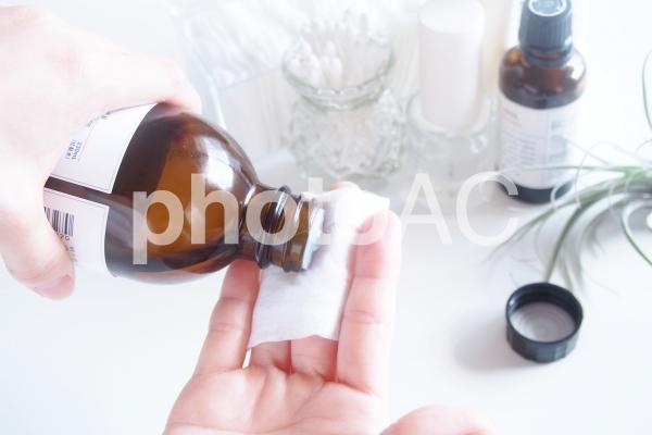 女子のお手入れ6(化粧水をコットンにとる)の写真