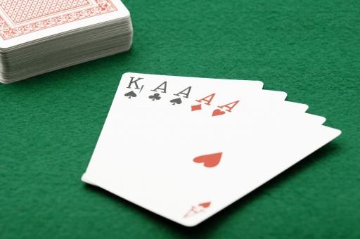 ポーカー トランプ カード カードゲーム フォーカード ギャンブル ルール 賭け 賭博 ゲーム レクリエーション 運 幸運 不運 勝ち 負け カジノ 金 お金 賭け事