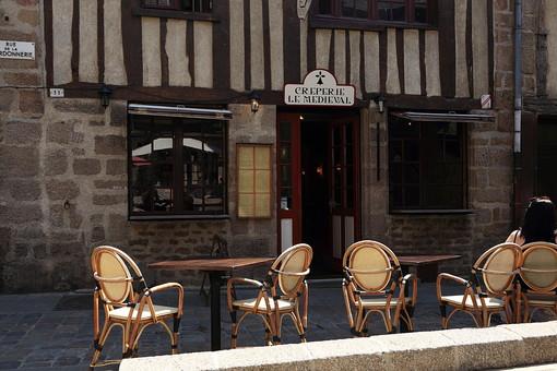 フランス ヨーロッパ 外国 海外 欧州 外国風景 海外風景 旅行 休暇 旅 自然 風景 空 晴天 屋外 石畳 家 石の壁 石の家 町並み 建築 日常 道 小道 路地 カフェ レストラン テラス テーブル