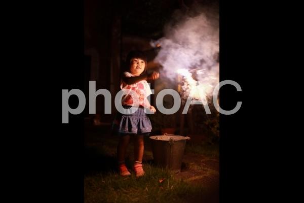 花火をする女の子8の写真