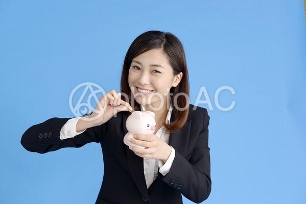貯金する女性3の写真