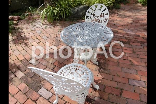 お洒落なガーデンチェアとテーブルの写真