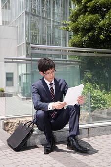 男性 ビジネスマン 営業 会社員 サラリーマン 社員 男 ビジネス オフィスビル 会社 めがね 眼鏡 外回り スーツ ビジネス街 オフィス街 座る 書類 資料 調べる Men 男 男子  20代 30代 ビジネススーツ 背広 ネクタイ シャツ  屋外 ジャケット 出勤 勤務 働く メガネ 若い 日本人 mdjm019