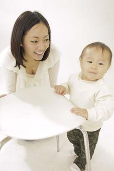 親子 母子 親 おや 母 母親 ママ マザー 子ども 子供 子 赤ちゃん 赤ん坊 乳児 幼児 ベイビー 絆 笑顔 笑う 女性 女 人物 触れ合い ふれあい 室内 部屋 座る タッチ 立つ つかまり立ち イス 椅子 日本人 mdfk008 mdjf016
