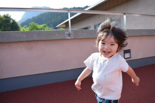 子供 こども 駆け回る 走る 走り回る あかちゃん 赤ちゃん 笑顔 歓び 喜び 幸せ 歓喜 笑った顔 半袖 夏 初夏 春 田舎 くせっ毛 天然パーマ パーマ 猫っ毛 1歳 2歳 3歳 ぶりっ子王子