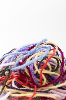 白バック 白背景 編み物 編物 毛糸 毛糸玉 糸 けいと 手芸 編み物用品 手編み ニット 編む 手作り 手仕事 ハンドメイド 趣味 ホビー 素材 資材 シンプル 雑貨 静物 スティルライフ 紺色 紺 水色 青 青色 赤 赤色 朱色 紫 パープル バイオレット ピンク 桃色 藤色 緑 緑色 抹茶色 カーキ色 クリーム色 黄色 薄黄色 淡黄色 アイボリー 白 白色 8色 八色 カラフル 絡まる 積む 山 余白 余白 ひとかたまり