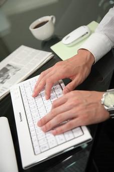 パソコン キーボード タイピング 手 打ち込む 打つ オフィスワーク ビジネスアイテム 入力 男性 コーヒー マウス  事務 デスクワーク パソコン オフィスワーク 珈琲 Men 男子  20代 30代 ビジネススーツ  シャツ  室内