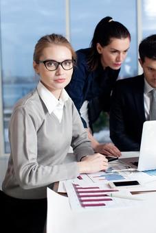 ビジネス 仕事 ビジネスマン 会社 会社員 グローバル インターナショナル 外国人 白人 男性 シャツ ネクタイ スーツ ビジネスウーマン キャリアウーマン 女性 スタイリッシュ タイトスカート チーム 仲間 同僚 上司 ボス 20代 30代 40代 ビジネスチーム プロジェクトチーム プロジェクト 室内 オフィス ガラス 窓 会議室 会議 打ち合わせ ノートパソコン ラップトップ ラップトップコンピューター 見る 囲む カメラ目線 3人 三人 部下 mdff131 mdff132 mdfm070