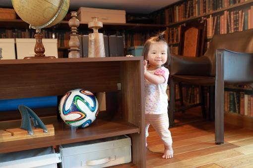 新築の子供部屋で遊ぶ赤ちゃん5の写真