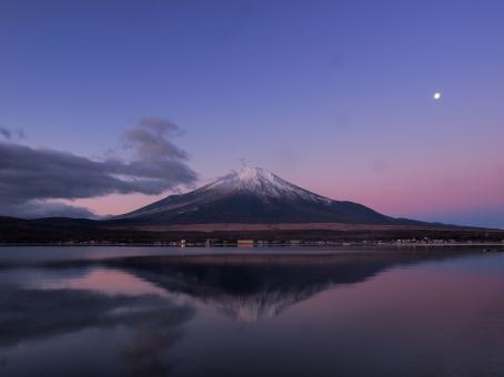 富士山と月の写真