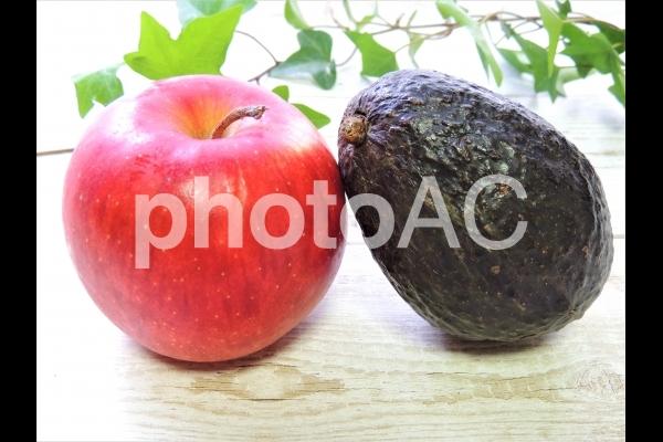 リンゴとアボカドの追熟の写真