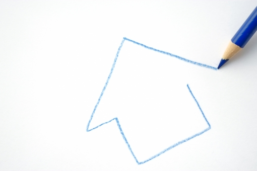 色エンピツ 色鉛筆 絵 イラスト 家 描く 新築住宅 設計 ライフ 建物 住む デザイン 不動産 販売 賃貸 居住 ライフスタイル 住宅 夢 希望 期待 家族 プロセス 建築 一戸建て 環境 住宅 マイホーム 新築 広告