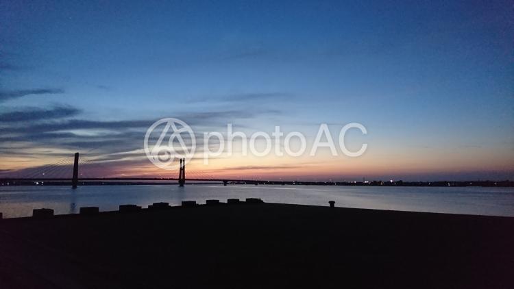 夕暮れの銚子大橋の写真