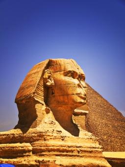 エジプト アラブ共和国 古代エジプト 中東アフリカ カイロ ナイル川 スエズ運河 砂漠 アラビア語 埃及 ピラミッド 四角錐 巨大建築物 金字塔 神殿 発掘 王 国王 ファラオ 墓 石 堆積岩 青 空 快晴 白 スフィンクス