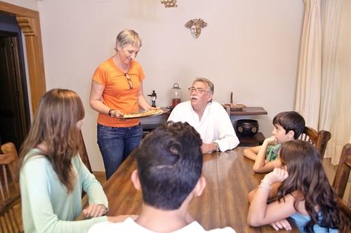 外国 海外 屋内 部屋 室内 ダイニング  テーブル 集合 集まる 団欒 人物 外人 外国人 家族 ファミリー 親子 三世代 三世代家族 祖父母 祖父 おじいちゃん 祖母 おばあちゃん 夫婦 子供 こども 子ども 男の子 女の子 会話 おしゃべり 老人 シニア 60代 70代 30代 食べ物 デザート おやつ mdjms003 mdfs006 mdmk007 mdfk010 mdfm040 mdff069