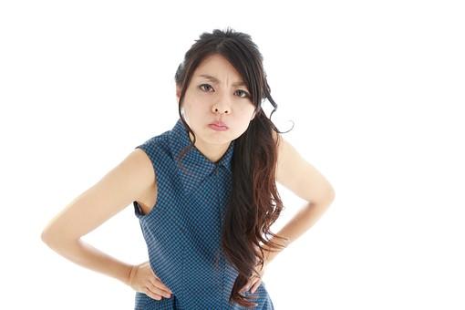 モデル 人物 日本人 日本 女性 女 女子 大人 20代 30代 ロングヘア   威張る いばる 怒る  怒り ケンカ 喧嘩 言い合い 叱咤 叱責 叱る 注意 けんか 争い もめ事 トラブル 睨む にらむ ガン飛ばす 白バック 白背景 mdjf019