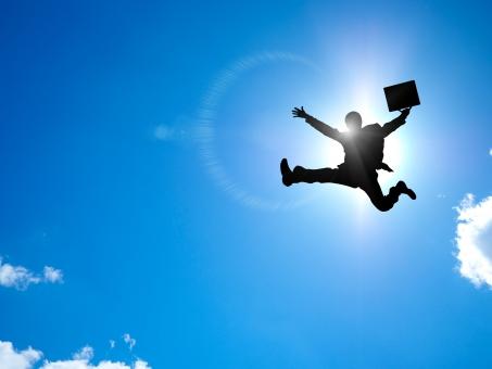 飛躍するサラリーマンの写真
